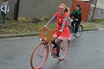 V letošním recesistickém závodu nechyběli ani účastníci reaugující kostýmem na současnou situaci.