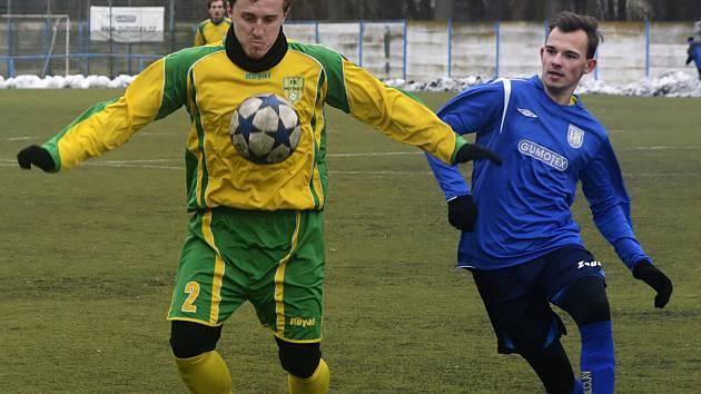 Sobotní přípravný duel MSK proti Mutěnicím rozhodl dvěma trefami útočník Petr Musil (v modrém dresu). Před jarní části sezony se mladý břeclavský útočník dostává do střelecké pohody.