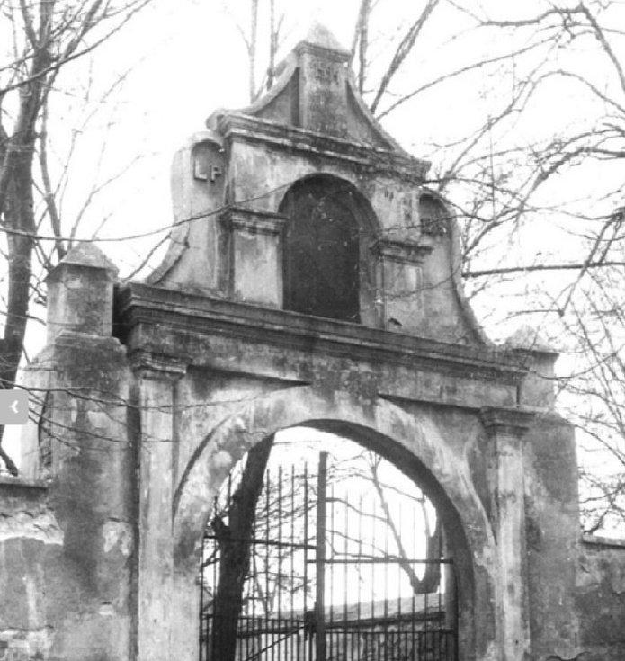 Původní vzhled hřbitovní brány ve Velkých Pavlovicích.
