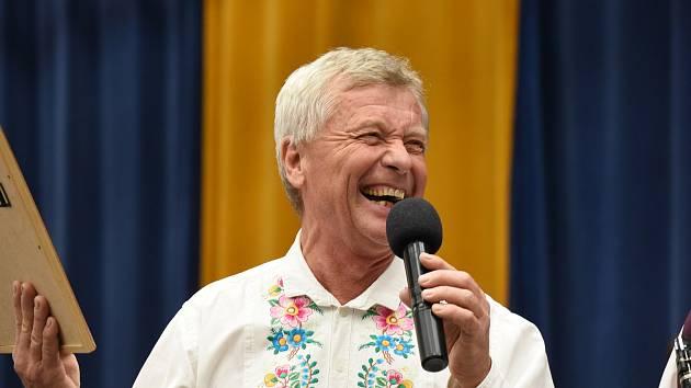 Známý zpěvák, moderátor, vypravěč a vinař Jožka Šmukař.