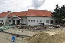 Přímo v centru postavili nový obecní úřad v Moravském Žižkově, propojili ho s kulturním domem. Poprvé se do něj lidé podívají v sobotu při Dni pro dědinu.