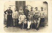 Vojenský velitel břeclavského nádraží Rudolf Zaoral (vlevo sedící) na konci října 1918 zamezil sabotážní akci a puči Němců na stanici.