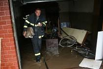 Sklepy ve čtyřech ulicích ve Strachotíně zaplavila po silných deštích v noci na neděli voda. Už od večera ji odčerpávají hasiči. Škody na majetku budou přesto značné, pod vodou skončily kotelny, nejrůznější zahradní technika, auto i další vybavení.