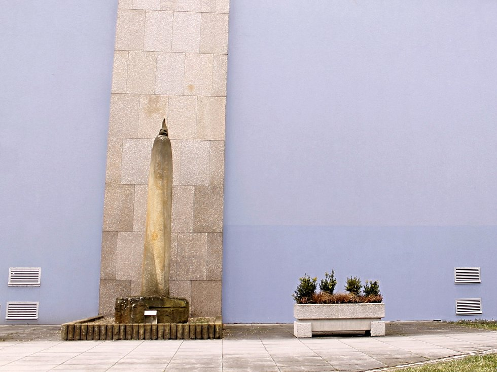 PAPOUŠEK. Současná budova Domu školství v centru Břeclavi v ulici 17. listopadu sloužila do roku 1989 jako sídlo okresního výboru KSČ. Bustu Gottwalda nahradil papoušek.