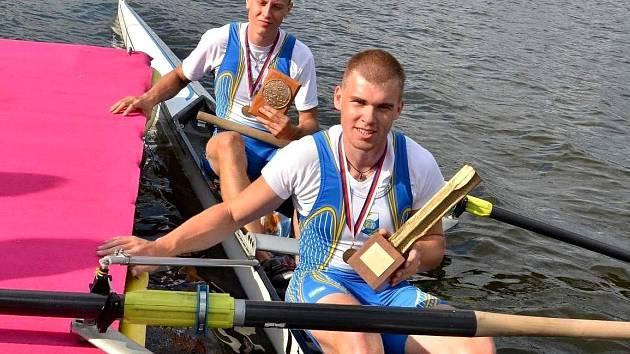 Břeclavská dvojka bez kormidelníka Jakub Starnovský (v pozadí) a Lukáš Helešic.