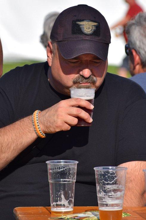 Areál pod břeclavským zámkem v sobotu zaplnily davy lidí. Přilákala je rozmanitá nabídka pivních speciálů z malých pivovarů.