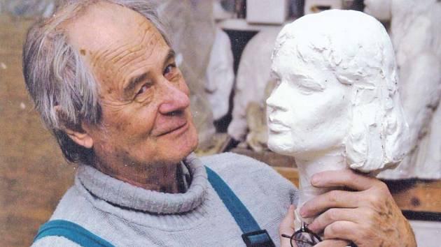 Borkovanský rodák s jedním ze svých typických děl, z nichž vyzařuje jedinečnost každého člověka.