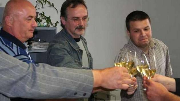 Takto slavili před rokem poslanec Pavel Suchánek, kandidát do senátu Milan Blažek a oblastní manažer ODS Michal Pátek volební vítězství. Teď musí řešit spory uvnitř strany.