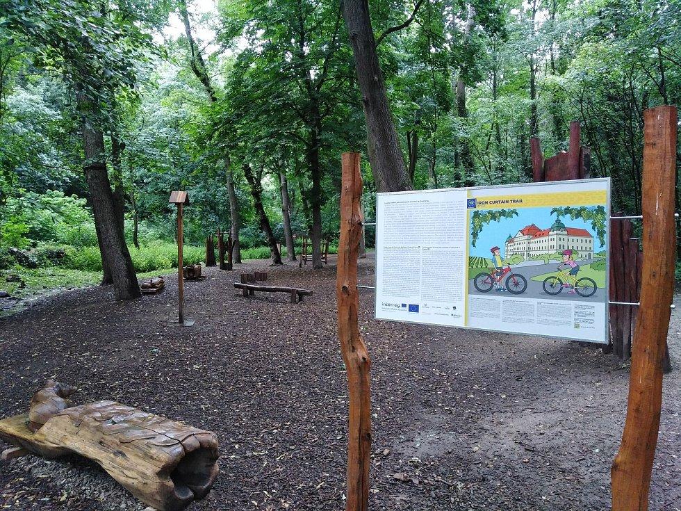 Stezka železné opony – EuroVelo 13 vede mezi Českými Velenicemi/Gmündem, Slavonicemi, Mikulovem a Bratislavou.