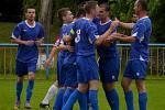 Tvrdoničtí fotbalisté (v modrém) ukázaly, jak se bojuje o záchranu.