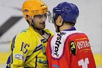 Ondřej Bartoš (ve žlutém) se baví s bývalým spoluhráčem Jakubem Peslarem.