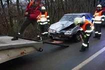 U Sedlece sjel muž s autem ze srázu a narazil do stromu.