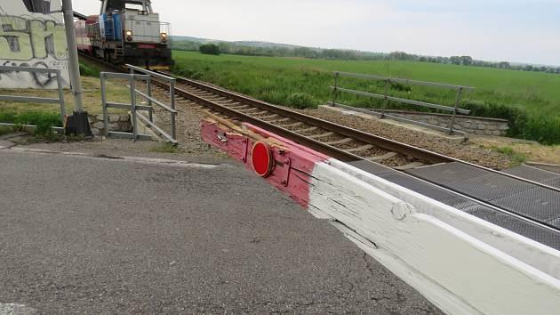 Hazardující řidič u Valtic rozrazil závory. Blížil se osobní vlak.