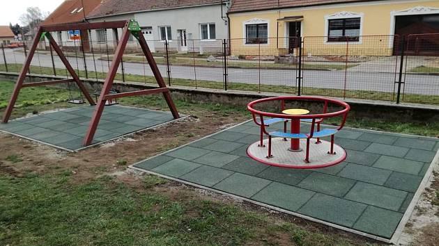 Strachotínští opravují chodníky, náměstíčko a zvou k vycházkám