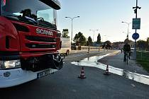 Kvůli prasklému potrubí s pitnou vodou se zvlnila silnice na mostě přes řeku Jihlavu v Pohořelicích. Silničáři ji museli uzavřít. Na místě byli hasiči, vodohospodáři a statici.