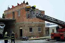 Pomoc hasičů potřebovali ve čtvrtek ráno záchranáři při výjezdu do Bratislavské ulice v Hustopečích.