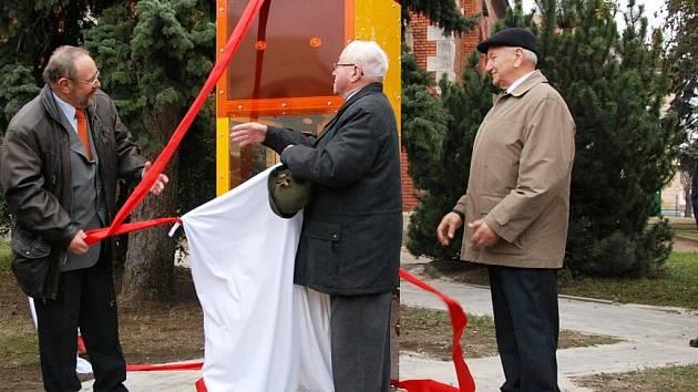 Památník přátelství, který oslavuje dvacetileté partnerství Břeclavi a rakouského Zwentendorfu,budí rozporuplné reakce.