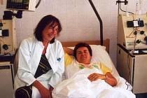 Jana Studýnková pod dohledem ošetřující lékařky právě daruje buňky kostní dřeně.