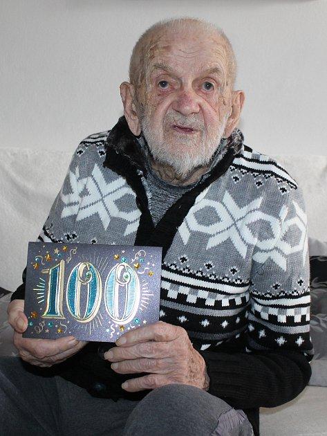 Jaromír Bilík zLednice na Břeclavsku letos oslavil sto let. Vychoval čtyři děti, má 16vnuků a 18pravnoučat. VLednici je třetím stovkařem, žijí tam ještě dvě ženy úctyhodného věku.