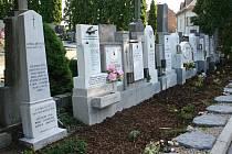 Pomníčky utonulých dětí v Rakvicích.