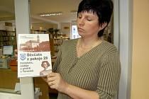 Jitka Horáková ukazuje knihu, podle které výstava Děvčata z pokoje č. 28 vznikla.
