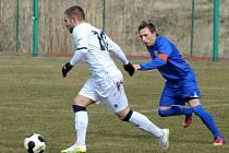 Břeclavští fotbalisté (v modrém) nestačili v Sedleci na Dunajskou Lužnou.