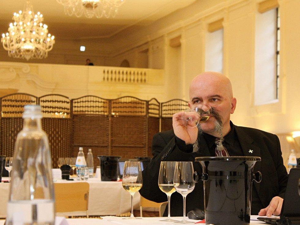 Finální kolo hodnocení do Salonu vín 2016 se uskutečnilo v jízdárně zámku ve Valticích.