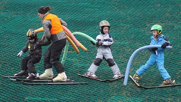 Na sjezdovce v Němčičkách bylo o víkendu navzdory chybějící sněhové pokrývce plno. V kurzech lyžařské školy.