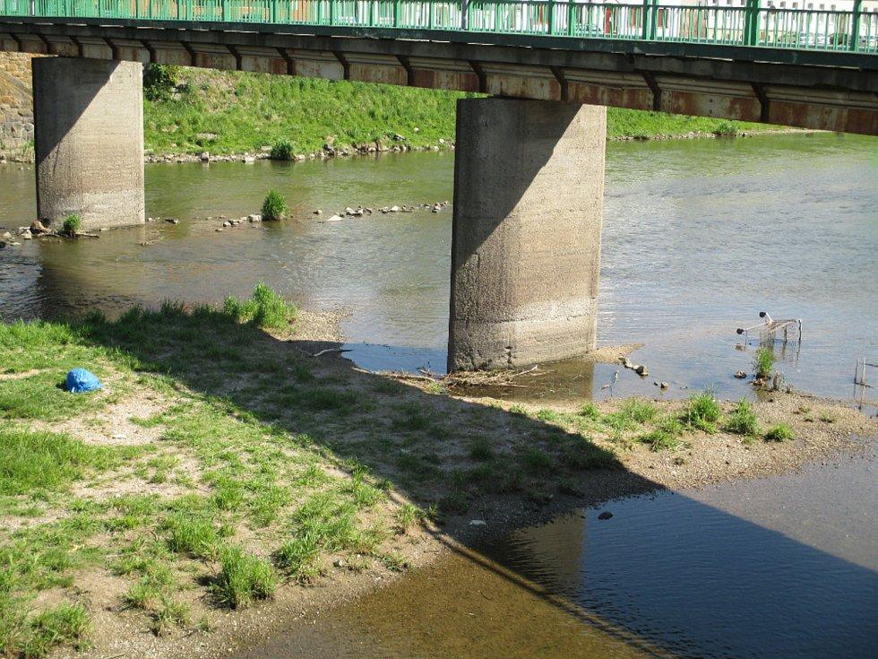 Týdny se válel nepořádek v korytě řeky Dyje v Břeclavi. Upozornila na něj Břeclavanka Slávka Čermáková.