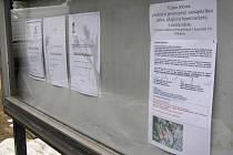 Na vývěsní tabuli městského hřbitova v Břeclavi se objevila hned vedle tří smutečních oznámení výzva k podpisu petice proti výstavbě hobby marketu poblíž břeclavského zámku.