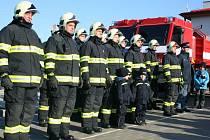 Dobrovolní hasiči ze Staré Břeclavi převzali v sobotu díky spolupráci se slovenskými kolegy nové zásahové auto Tatra a člun.