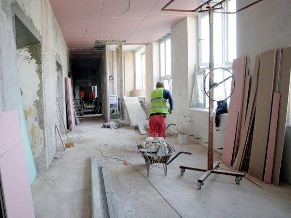 Vhustopečské nemocnici dokončují přestavbu chirurgie. Práce se opozdily ikvůli výtahu. Ten bude využívaný pro převoz pacientů na lůžkách.