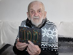 Jaromír Bilík z Lednice na Břeclavsku letos oslavil sto let. Vychoval čtyři děti, má 16 vnuků a 18 pravnoučat. V Lednici je třetím stovkařem, žijí tam ještě dvě ženy úctyhodného věku.