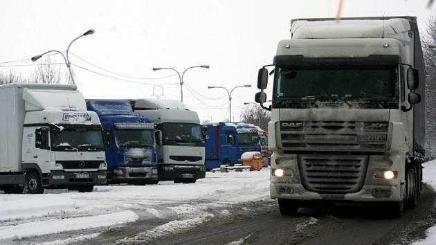 U hraničního přechodu se Slovenskem se tvořily kolony kamionů.