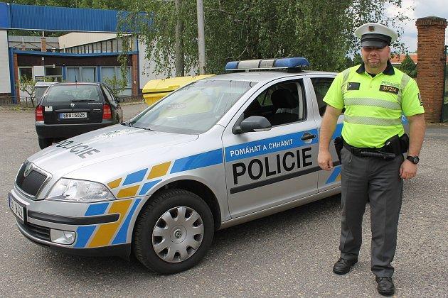 Policista Bohdan Gajda zdálničního oddělení vMikulově svým jednáním zachránil život obsluze čerpací stanice a zabránil velkému požáru nákladního auta.