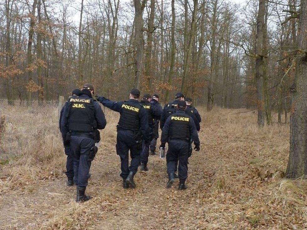 Policisté s pyrotechniky v Bořím lese.