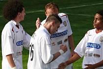Břeclavští fotbalisté (v bílém) zdolali po obrátce Zábřeh.
