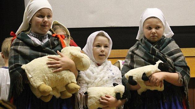 Při vánočním jarmarku v Drnholci v sobotu lidé ochutnali dobroty z domácí zabijačky