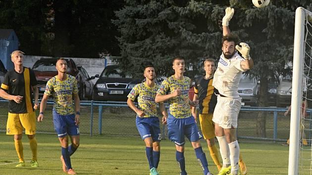 V úvodním kole fotbalové divize D porazil MSK Břeclav (ve žlutém) nováčka FK Tišnov 2:1.