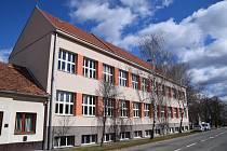 Základní škola v Moravském Žižkově, ke které přiléhá bývalá budova obecního úřadu. Ta se má proměnit ve školní jídelnu.