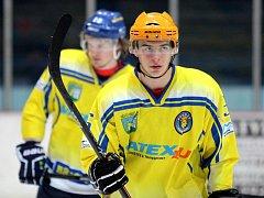 Břeclavští hokejisté (ve žlutém) doma podruhé nestačili na Vsetín.