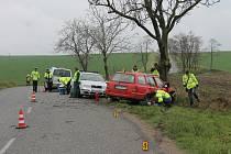 Při cestě mezi Starovicemi a Uherčicemi skončila posádka volkswagenu s autem ve stromu. K nehodě došlo v sobotu dopoledne na klikatém místě a mokré silnici. U události zasahovali hasiči, záchranáři i policisté.