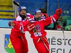Česká osmnáctka (v červeném) se Švýcary ani jednou neprohrávala. Bude bojovat o semifinále.