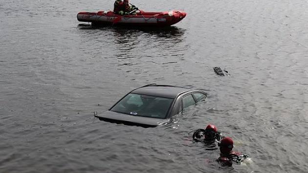 Policisté a hasiči se sjeli ve středu ráno k rybníku Apollo u Lednice. Vyprošťovali tam auto, které skončilo ve vodách rybníka.