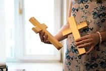 Jihomoravský hejtman Jan Grolich předal ve středu při generální audienci papeži Františkovi kříž vyrobený z trámů poničeného novoveského kostela.
