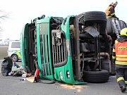 Kamion s litevskou registrační značkou a osobní auto se srazily kolem půl sedmé ráno u novomlýnských nádrží.