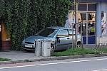 Pod vlivem mikrospánku vyjel řidič ze silnice a zastavil na chodníku před dveřmi prodejny, která se nachází přímo naproti břeclavské policejní budovy.