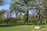 Z výletu k soutoku Dyje s Moravou. Socha Lubo Kristka Strom větrné harfy je devátým zastavením Kristkovy podyjské glyptotéky, která sleduje celý tok (Moravské) Dyje. Nad kovovou plastikou, kterou rozezvučí vítr, právě kvete krásná hrušeň. Krásné velké hru