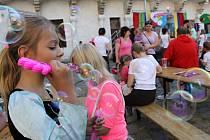 Některé děti vyrazily na Muzejní noc k břeclavskému zámku v kostýmech. Například v roli princezny. Součástí programu byl mimo jiné i pohádkový popletený karneval.