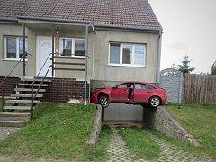 """Řidič neplánovaně a dost podivně """"zaparkoval"""" auto do domu v Jevišovce na Mikulovsku. Byl opilý."""